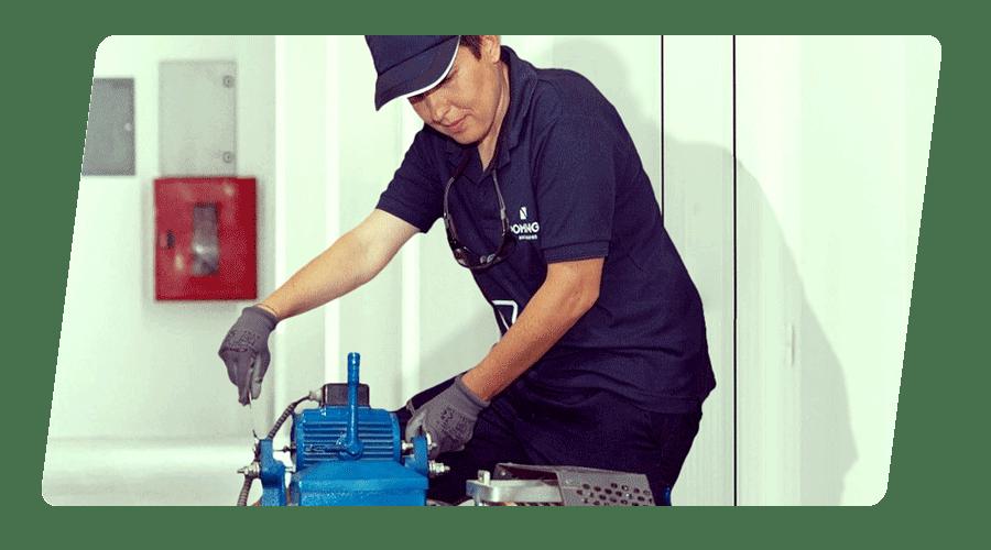 Técnico de Ascensores Domingo trabajando en mantenimiento de un Motor de Ascensor