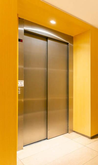 Puerta de ascensor automática en acero inox.