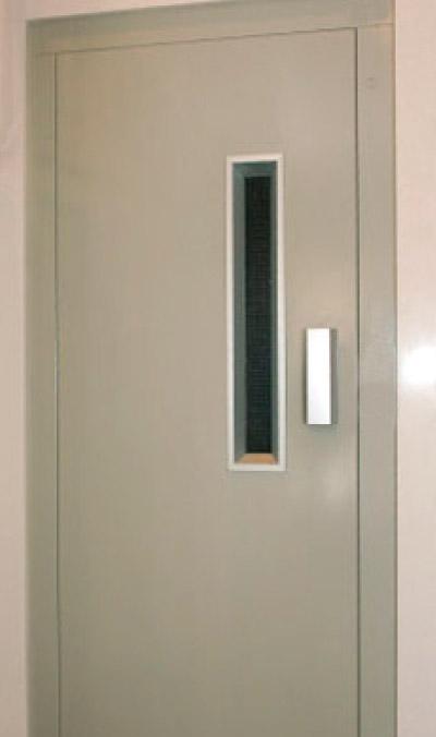 Puerta de ascensor semiautomática.